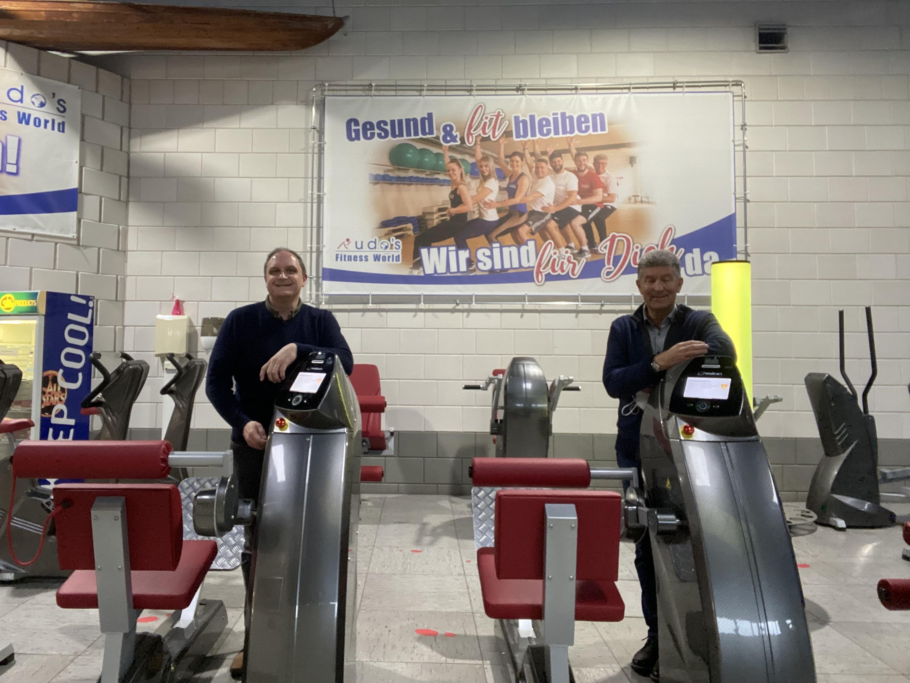 2 Männer in einem Fitnessstudio